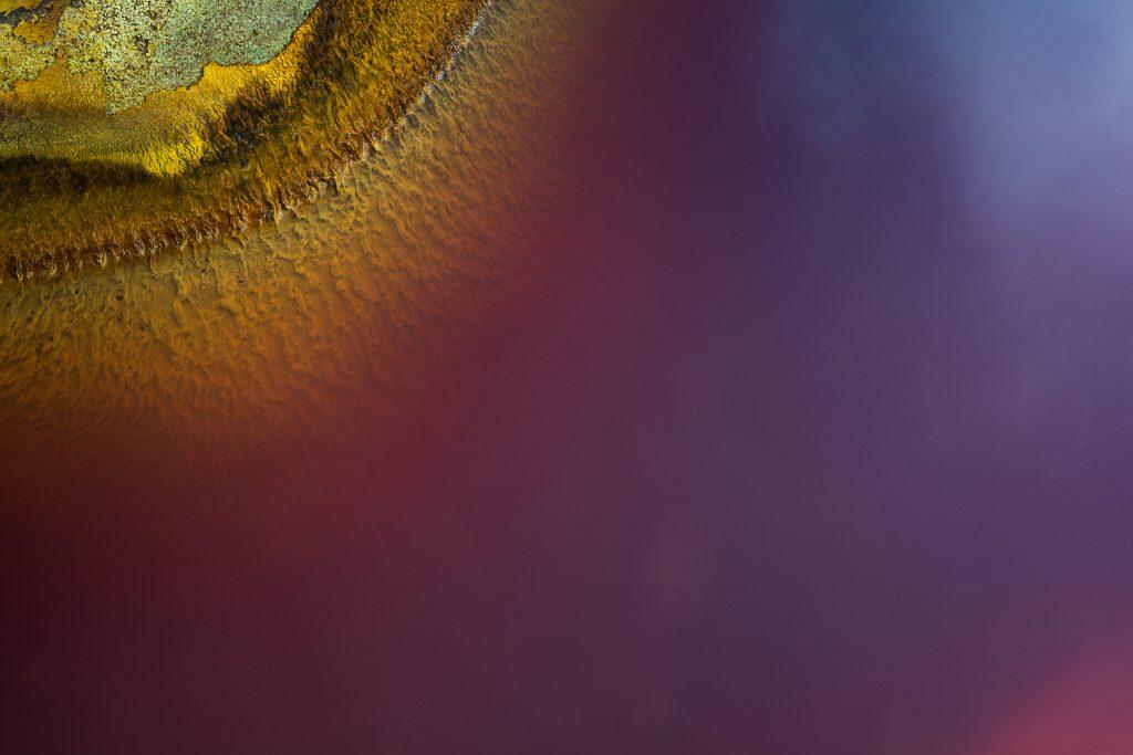 Blockchain es transparencia. Imagen de que representa las aguas del Rio Tinto mostrandonos su valor a través de la transparencia